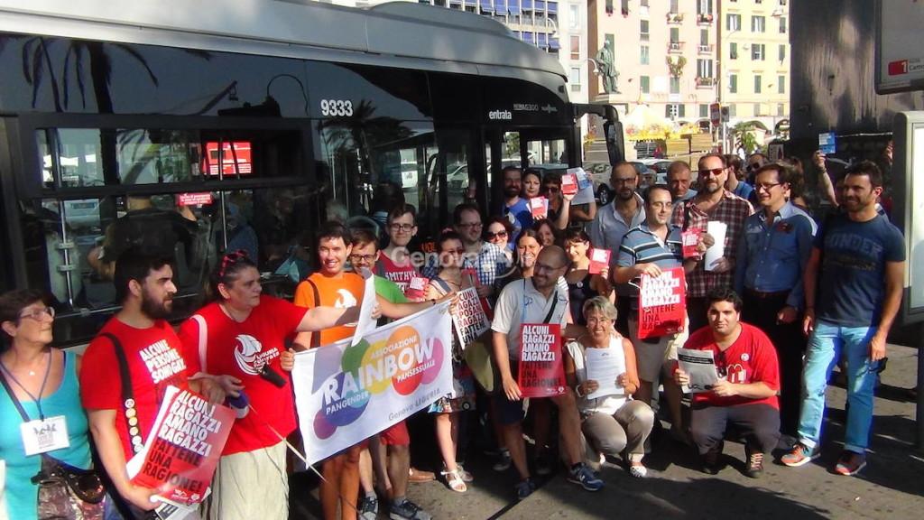 a-genova-manifestazione-sugli-autobus-contro-l-omofobia-296907
